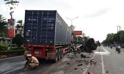 Tin tức tai nạn giao thông ngày 27/8: Xe container tông vào xe bơm bê tông ở Bình Phước, 3 người thương vong