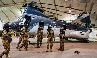 Video: Taliban mặc đồng phục của binh sĩ Mỹ, lục soát bên trong sân bay Kabul