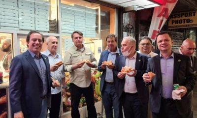 Chưa tiêm vaccine ngừa COVID-19, Tổng thống Brazil đứng ngoài vỉa hè ăn pizza