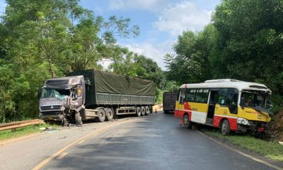 Tin tức tai nạn giao thông mới ngày 24/9: Xe bus di chuyển nhanh, va chạm mạnh với xe đầu kéo