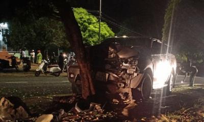 Tin tức tai nạn giao thông mới ngày 28/9/2021: Dừng nghỉ dưới gốc cây, tài xế bị xe bán tải tông nguy kịch
