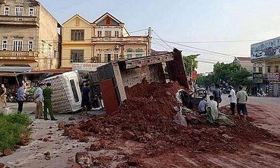 Tin tức tai nạn giao thông mới ngày 29/9/2021: Xe tải chở đất bị lật đè trúng xế hộp, một người tử vong