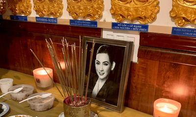 Lễ cầu siêu cho Phi Nhung tại Mỹ: Con gái Wendy Phạm và Trizzie Phương Trinh xúc động ôm nhau khóc
