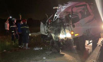 Tin tức tai nạn giao thông mới ngày 3/10: Xe tải tông vào đuôi xe đầu kéo, 2 người tử vong