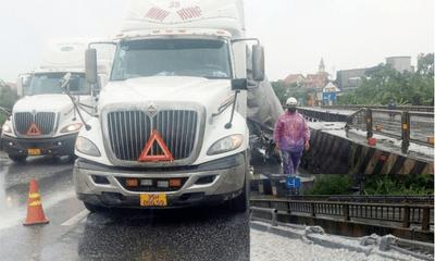 Tin tức tai nạn giao thông mới ngày 15/10: Xe đầu kéo chở vôi đâm gãy hàng chục mét lan can cầu