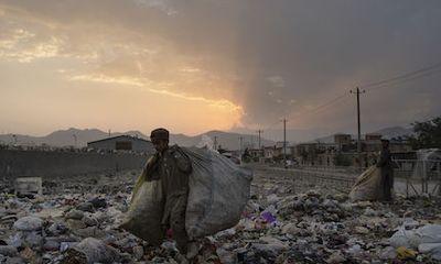 Afghanistan chìm trong khủng hoảng: Nhiều gia đình bán con vì không có tiền trả nợ
