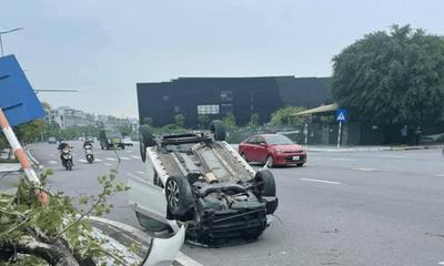 Tin tức tai nạn giao thông mới ngày 20/10: Xe ô tô mất lái khi sang đường, húc đổ cây và biển báo