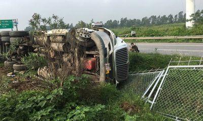 Tin tức tai nạn giao thông mới ngày 22/10: Lật xe container, cao tốc Hà Nội - Bắc Giang ùn tắc từ sáng đến trưa