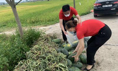 """Sáng kiến giải cứu dưa hấu thành nước ép sinh tố bổ sung năng lượng cho """"chiến sĩ áo trắng chống dịch covid"""" tại Bắc Giang"""