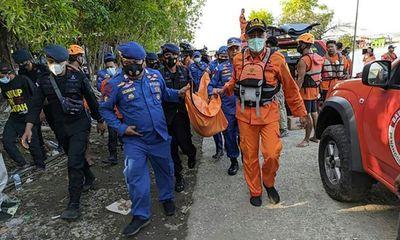 Thuyền lật do hành khách dồn hết về một bên chụp ảnh tự sướng, 7 người đuối nước tử vong