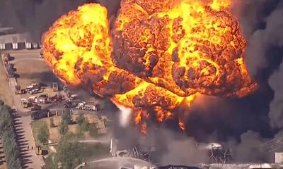 Khói đen mù vịt vì nổ nhà máy hóa chất, 1.000 người phải sơ tán khẩn cấp