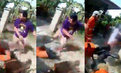 Video: Giận dữ vì đội cứu hoả đến muộn, dân làng lao tới hành hung