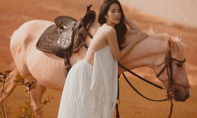 Nam Em cưỡi ngựa, khoe lưng trần quyến rũ, đốt mắt người xem