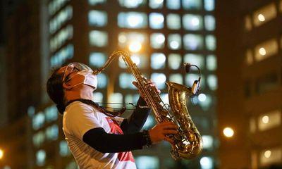 Buổi biểu diễn đặc biệt của nghệ sĩ saxophone Trần Mạnh Tuấn tại bệnh viện dã chiến khiến nhiều người xúc động