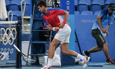Djokovic tức giận đập gãy vợt, chia tay Olympic Tokyo sau thất bại trước Pablo Carreno