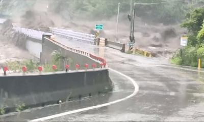 Video: Kinh hoàng khoảnh khắc cầu bị nước lũ cuốn phăng ở Đài Loan