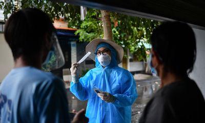 TP HCM: Nhân viên y tế tới từng nhà hướng dẫn người dân tự test nhanh COVID-19