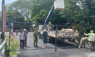 Hà Nội dựng 30 chốt cứng bằng rào sắt, khuyến cáo người dân không đi qua