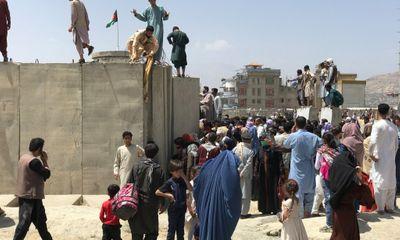 Xót xa người cha mất việc, phải bán con gái để cứu đói cho gia đình tại Afghanistan
