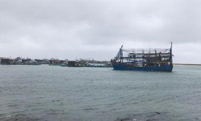 Tàu kéo sà lan gặp nạn khi tránh bão, 12 thuyền viên đang chờ cứu hộ