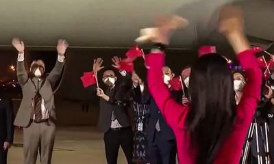Khoảnh khắc tình cảm của vợ chồng bà Mạnh Vãn Chu tại sân bay Thâm Quyến gây 'sốt' mạng xã hội