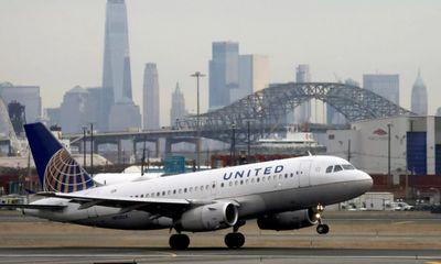 Từ chối tiêm vaccine phòng COVID-19, gần 600 nhân viên của United Airlines bị sa thải