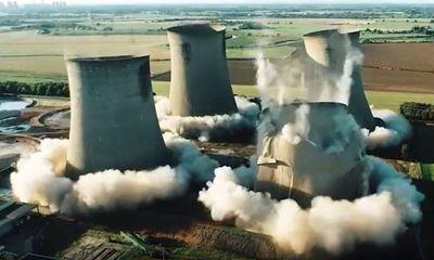 Video: Khoảnh khắc 4 tháp làm mát ở Anh đổ sập trong chớp mắt