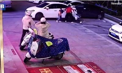 Video: Phản ứng nhanh như chớp, mẹ cứu con thoát nạn trong gang tấc
