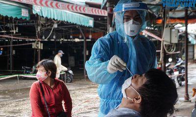Xét nghiệm cho hàng trăm tiểu thương chợ Phùng Khoang sau khi phát hiện ca mắc COVID-19