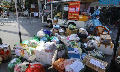 Người phụ nữ đi tiếp tế cho 20 người thân bên trong khu cách ly phường Chương Dương