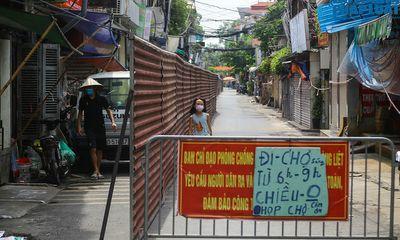 Hà Nội: Cận cảnh con ngõ đầu tiên được dựng rào chắn bằng tôn dài 200m để phòng dịch COVID-19