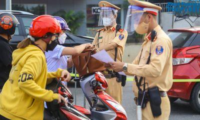 Hà Nội ngày đầu áp dụng phân vùng: Chốt kiểm soát vùng đỏ ùn tắc nhẹ, nhiều người dân chưa có giấy đi đường mẫu mới