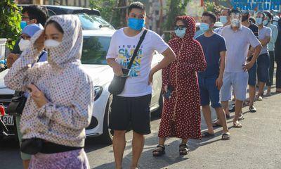 Hà Nội: Người dân xếp hàng từ sáng sớm chờ mua bánh trung thu ở điểm bán hàng lưu động
