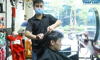 Hà Nội: Chủ quán cắt tóc hồi hộp rồi vui mừng đến
