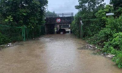 Hà Nội mưa lớn vì ảnh hưởng bão số 7: Xe ô tô chết máy, người dân vất vả di chuyển sáng đầu tuần