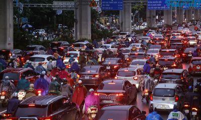 Đường phố ùn tắc dù chưa đến giờ cao điểm, người Hà Nội