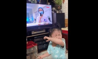 Cảm động cảnh bé gái òa khóc nức nở khi thấy mẹ là bác sĩ chống dịch ở Bắc Giang xuất hiện trên TV