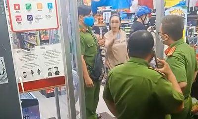 Không đeo khẩu trang, gây rối ở cửa hàng, người phụ nữ bị mời lên làm việc