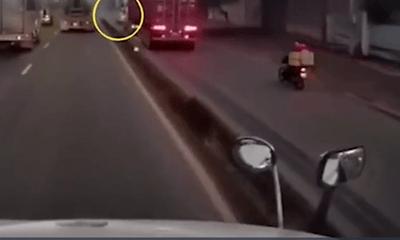 Tin tức tai nạn giao thông ngày 20/6: Container chạy vào làn xe máy, hất văng xe lôi rồi bỏ chạy