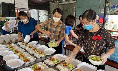 Tùng Lộc (Can Lộc – Hà Tĩnh): Những bữa cơm ấm lòng cho bà con cách ly