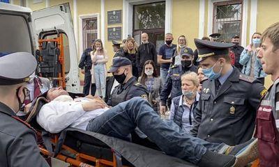 Đang trong phiên tòa, vị quan chức Belarus cầm bút tự làm hành động
