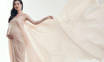 Võ Hạ Trâm diện váy xuyên thấu gợi cảm, khoe bụng bầu 8 tháng trước ngày vượt cạn