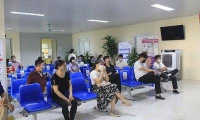 Tin trong nước - Chen lấn đi tiêm vắc-xin Covid-19: Lợi bất cập hại