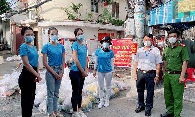 """Tiểu Vy, Phương Anh và """"Bà trùm Hoa hậu"""" chi viện lương thực cho lao động nghèo tại các khu trọ"""