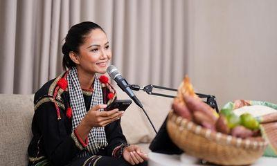 Hoa hậu H'Hen Niê livestream bán nông sản mùa dịch, chốt liên tiếp được hơn 1.000 đơn hàng