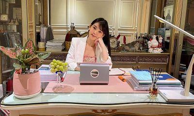 Hoa hậu Lê Âu Ngân Anh được thăng chức giám đốc sau 1 năm giảng dạy tại Đại học Hoa Sen