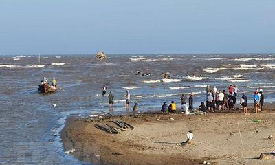 Nam Định: 3 giáo viên bị sóng cuốn trôi khi đi tắm ở ven biển