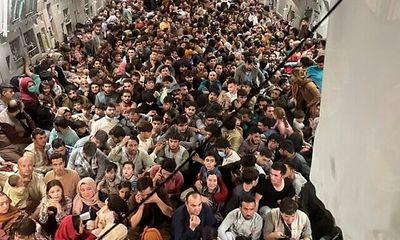Hàng trăm người tị nạn Afghanistan nhồi nhét trên máy bay Mỹ, gấp đôi sức chứa bình thường