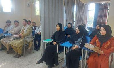 Đại học ở Afghanistan mở cửa trở lại: Tấm rèm lớn ngăn cách lớp học, nữ sinh có lối đi riêng
