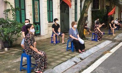 Quận đầu tiên của Hà Nội hoàn thành mục tiêu tiêm vaccine ngừa COVID-19 cho người từ 18 tuổi